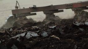 Βασανιστικός τομέας τρακτέρ κινηματογραφήσεων σε πρώτο πλάνο από το άροτρο απόθεμα βίντεο