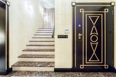 βασικά μαρμάρινα σκαλοπάτια ξενοδοχείων εισόδων Στοκ φωτογραφία με δικαίωμα ελεύθερης χρήσης