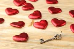 Βασικές στενές επάνω και κόκκινες καρδιές σε ένα φυσικό ξύλινο υπόβαθρο βαλεντίνος ημέρας s στοκ εικόνες με δικαίωμα ελεύθερης χρήσης