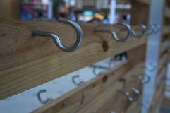 Βασική ξύλινη ξύλινη έννοια στάσεων κατόχων σιδήρου γάντζων Στοκ Φωτογραφία