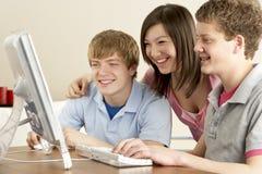 βασικοί έφηβοι υπολογι& Στοκ φωτογραφίες με δικαίωμα ελεύθερης χρήσης