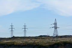 Βασικοί ιστοί των ηλεκτροφόρων καλωδίων στο λυκόφως Στοκ εικόνες με δικαίωμα ελεύθερης χρήσης