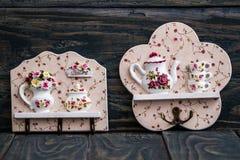 Βασικοί κάτοχοι αλυσίδων με το θέμα κουζινών στο μπλε ξύλινο υπόβαθρο Στοκ Εικόνες