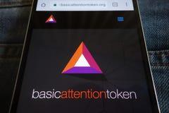 Βασικός ιστοχώρος cryptocurrency προσοχής συμβολικός που επιδεικνύεται στο smartphone που κρύβεται στην τσέπη τζιν στοκ εικόνα