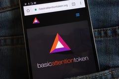 Βασικός ιστοχώρος cryptocurrency προσοχής συμβολικός που επιδεικνύεται στο smartphone που κρύβεται στην τσέπη τζιν στοκ εικόνες