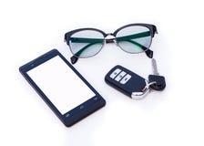 Βασικός μακρινός αυτοκινήτων, γυαλιά μαυρισμένων ματιών, Smartphone, κινητό τηλέφωνο στοκ εικόνα