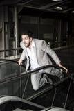 βασικός πανικός επιχειρηματιών γεια Ισχυρός νεαρός άνδρας στην κυλιόμενη σκάλα Πίεση συμπυκνωμένη Στοκ Φωτογραφίες