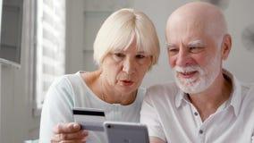 βασικός πρεσβύτερος ζευγών Αγορές με την πιστωτική κάρτα στο smartphone Ενεργός σύγχρονη ζωή μετά από την αποχώρηση φιλμ μικρού μήκους