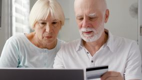 βασικός πρεσβύτερος ζευγών Να ψωνίσει on-line με την πιστωτική κάρτα στο lap-top Ενεργός σύγχρονη ζωή μετά από την αποχώρηση φιλμ μικρού μήκους