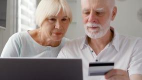 βασικός πρεσβύτερος ζευγών Να ψωνίσει on-line με την πιστωτική κάρτα στο lap-top Ενεργός σύγχρονη ζωή μετά από την αποχώρηση απόθεμα βίντεο
