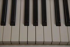 Βασικό άσπρο όργανο μουσικής πιάνων κινηματογραφήσεων σε πρώτο πλάνο στοκ φωτογραφία με δικαίωμα ελεύθερης χρήσης
