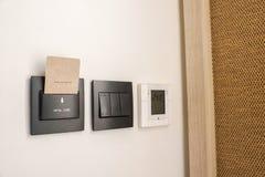 Βασικό ένθετο καρτών ξενοδοχείων για την κύριες μετάβαση φωτισμού και τη ρύθμιση θερμοκρασίας στην κρεβατοκάμαρα στοκ φωτογραφία