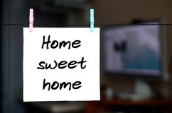 βασικό γλυκό Η σημείωση γράφεται σε μια άσπρη αυτοκόλλητη ετικέττα που κρεμά το W Στοκ φωτογραφία με δικαίωμα ελεύθερης χρήσης