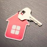 Βασικό και κόκκινο σπίτι στοκ εικόνα με δικαίωμα ελεύθερης χρήσης