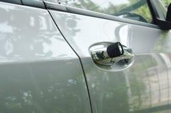 Βασικό να διαπεράσει αυτοκινήτων στην τρύπα λαβών για τη ανοιχτή πόρτα Στοκ φωτογραφία με δικαίωμα ελεύθερης χρήσης