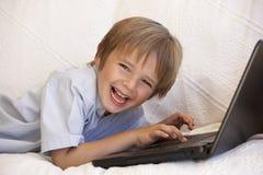 βασικό lap-top αγοριών που χρησ&i Στοκ φωτογραφία με δικαίωμα ελεύθερης χρήσης