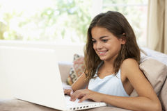 βασικό lap-top κοριτσιών που χρ&et Στοκ Εικόνες