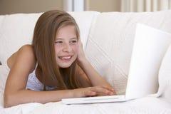 βασικό lap-top κοριτσιών που χρ&et Στοκ φωτογραφία με δικαίωμα ελεύθερης χρήσης