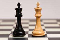 Βασιλιάδες Staunton στον πίνακα σκακιού Στοκ Εικόνες