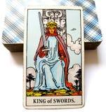 Βασιλιάς του διανοητικού λόγου πειθαρχίας Γνωμών εκπροσώπων συζήτησης συνομιλίας επικοινωνίας τρόπων ηθικής ηθών καρτών Tarot ξιφ στοκ εικόνα