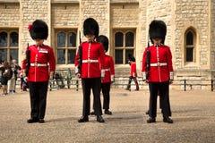 Βασιλικές φρουρές στον πύργο του Λονδίνου στοκ εικόνα με δικαίωμα ελεύθερης χρήσης