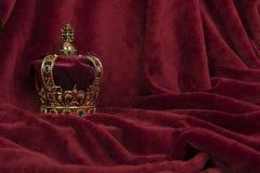 Βασιλική κορώνα σε ένα κόκκινο υπόβαθρο βελούδου στοκ εικόνα με δικαίωμα ελεύθερης χρήσης