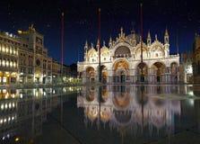 Βασιλική στο τετράγωνο SAN Marco στη Βενετία με την αντανάκλαση στο υψηλό τ Στοκ φωτογραφία με δικαίωμα ελεύθερης χρήσης