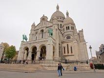 Βασιλική της ιερής καρδιάς του Παρισιού με τους τουρίστες στο μέτωπο μια συννεφιάζω ημέρα Στοκ εικόνα με δικαίωμα ελεύθερης χρήσης