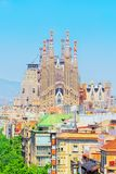 Βασιλική του Λα Sagrada Familia ενάντια στο μπλε ουρανό Δημιουργίες του θορίου Στοκ φωτογραφία με δικαίωμα ελεύθερης χρήσης