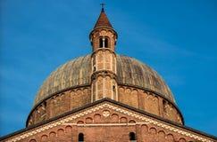 Βασιλική του ST Anthony της Πάδοβας στην Πάδοβα, Ιταλία Στοιχεία, πύργος και θόλος Στοκ Εικόνα