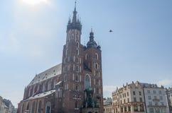 Βασιλική του ST Mary στο κύριο τετράγωνο της Κρακοβίας το καλοκαίρι στοκ φωτογραφίες