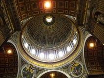 Βασιλική του ST Peter ` s - μέσα στην άποψη της πόλης του Βατικανού θόλων, Ιταλία στοκ εικόνες
