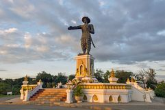 Βασιλικό άγαλμα του βασιλιά Chao Anouvong στο πάρκο Chao Anouvong, κεφάλαιο Vientiane, Λάος Στοκ Εικόνες
