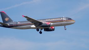Βασιλικό ιορδανικό airbus 320 που προσγειώνεται απόθεμα βίντεο