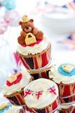 Βασιλικό ιωβηλαίο cupcakes στοκ φωτογραφίες