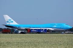 Βασιλικό Dutch Airlines αεριωθούμενο αεροπλάνο KLM που μετακινείται με ταξί στον αερολιμένα Schiphol, cAms στοκ εικόνες με δικαίωμα ελεύθερης χρήσης