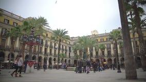 Βασιλικό Plaza στη Βαρκελώνη, τουρίστες που θέτει κοντά στην πηγή στο τετράγωνο πόλεων, Ισπανία φιλμ μικρού μήκους