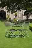 Βασιλοπρεπής κήπος με τον πίνακα και τις έδρες Στοκ εικόνα με δικαίωμα ελεύθερης χρήσης