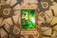 Βασιλιάς καρτών Tarot των ράβδων Γέφυρα Labirinth tarot ανασκόπηση εσωτερική Στοκ Εικόνες