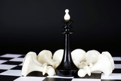 Βασιλιάς σκακιού μεταξύ των νικημένων ενέχυρων Συνολική νίκη Στοκ φωτογραφία με δικαίωμα ελεύθερης χρήσης