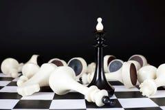 Βασιλιάς σκακιού μεταξύ των νικημένων εχθρών Συνολική νίκη Στοκ Φωτογραφία