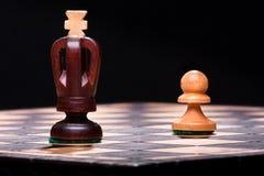 Βασιλιάς σκακιού με το ενέχυρο Στοκ Φωτογραφία