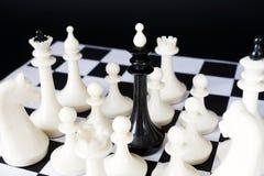 Βασιλιάς σκακιού που περιβάλλεται από τους εχθρούς Αιχμαλωσία και ήττα Στοκ φωτογραφίες με δικαίωμα ελεύθερης χρήσης