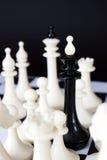 Βασιλιάς σκακιού που περιβάλλεται από τους εχθρούς Αποτυχία και απώλεια Στοκ Φωτογραφία