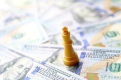 βασιλιάς της επιχειρησιακής έννοιας τα δολάρια ανασκόπησης μας απομόνωσαν λευκούς Στοκ Εικόνες