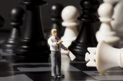 Βασιλιάς Chessman και σκακιού στον πίνακα παιχνιδιών Σκάκι παιχνιδιού με τη μικροσκοπική μακρο φωτογραφία κουκλών Στοκ Εικόνα