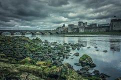 Βασιλιάς Johns Castle και μια παλαιά γέφυρα στοκ φωτογραφίες με δικαίωμα ελεύθερης χρήσης
