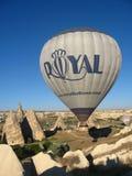 Βασιλικά ballons που πετούν στην ανατολή ανάβουν σε Cappadocia, Τουρκία επάνω από το βράχο formationεδώ κοντά GoremeChimneys στοκ φωτογραφία με δικαίωμα ελεύθερης χρήσης