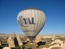 Βασιλικά ballons που πετούν στην ανατολή ανάβουν σε Cappadocia, Τουρκία επάνω από το βράχο formationεδώ κοντά GoremeChimneys στοκ φωτογραφίες με δικαίωμα ελεύθερης χρήσης