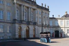 Βασιλικές φρουρές στο παλάτι Amalienborg στην Κοπεγχάγη, Δανία Στοκ Φωτογραφία